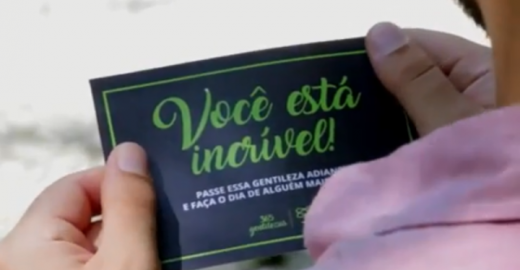 Vídeo: Catraca Livre distribui gentilezas por São Paulo