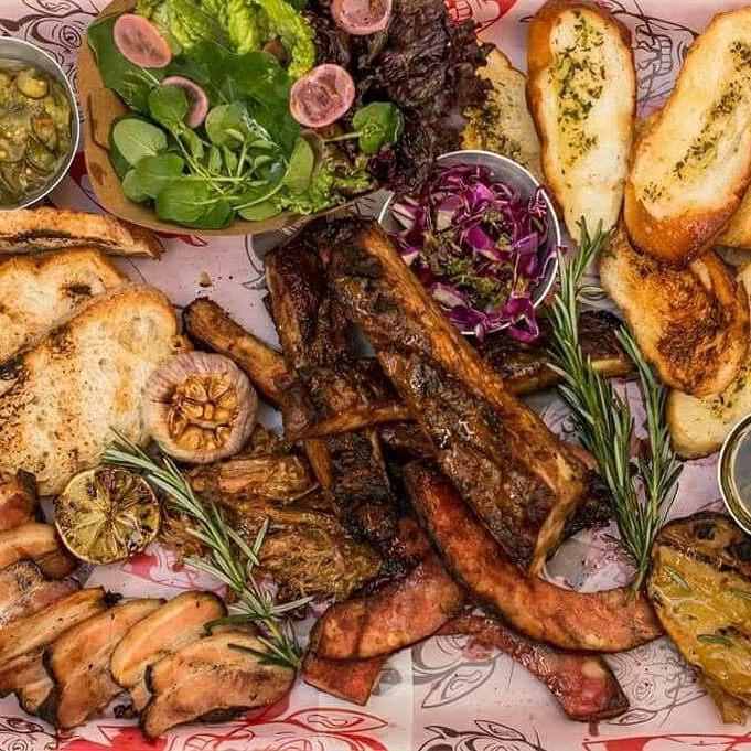 Bandejão de carne, que pode incluir pancetta, cupim, vários tipos de linguiça, porco desfiado, relish de pepino, salada, ovo, pão, e muito mais. O prato serve até quatro pessoas e custa entre R$ 100 e R$ 160