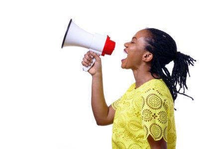 mulher negra gritando em um megafone