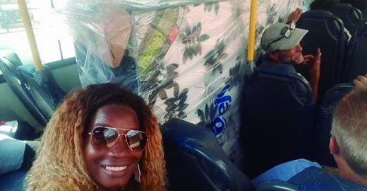 Casal compra cama box e entra no ônibus com colchão e tudo no Rio
