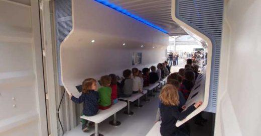 Sala de aula feita com garrafas de plástico flutua na água