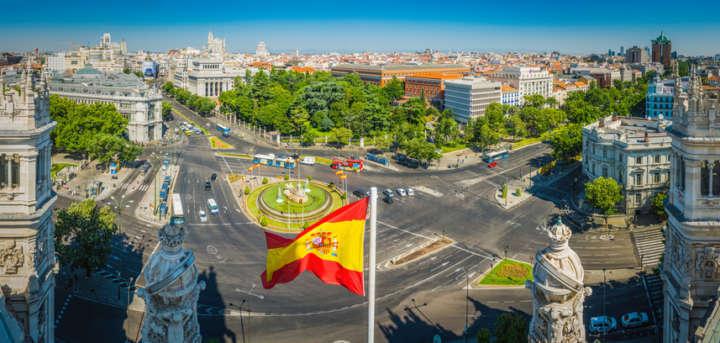 Bandeira espanhol em cruzamento de rua em Madrid, Espanha