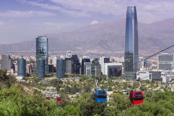 Teleférico que dá acesso ao Cerro San Cristóbal com o Sky Costanera ao fundo
