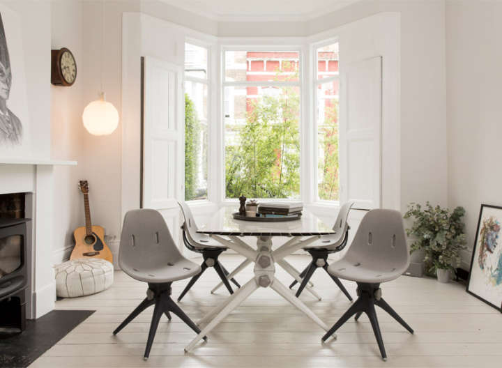 Mesas e cadeiras são produzidas com garrafas de plásticos e CDs retirados do lixo
