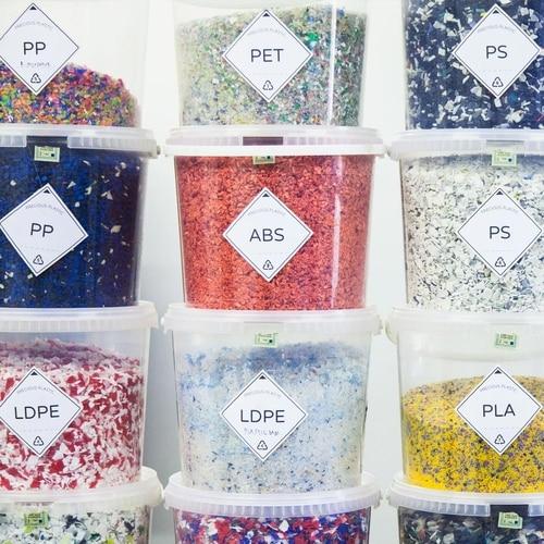 Pedaços de plástico separados e identificados, prontos para uso