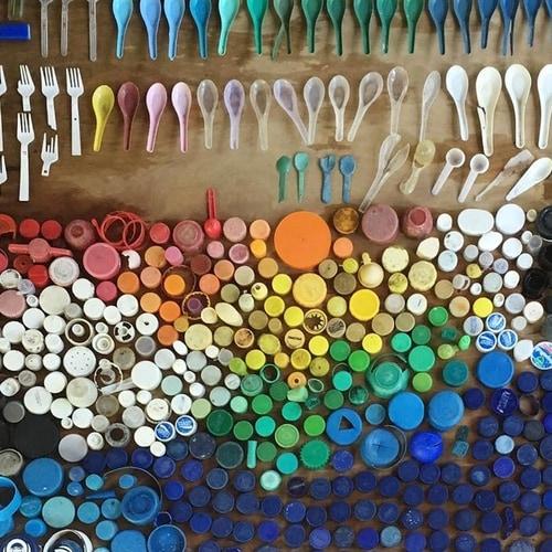 Diferentes objetos e tipos de plástico podem ser usados
