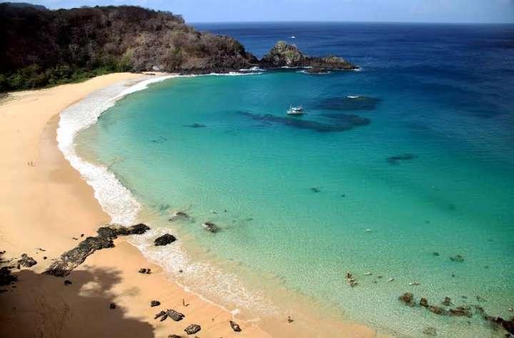 Baía do Sancho é eleita uma das melhores praias do mundo