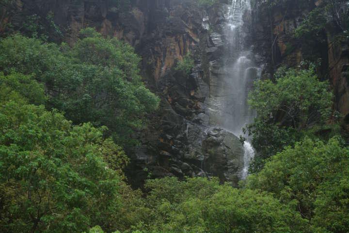 De março e junho, as chuvas são responsáveis pela formação de cachoeiras que escorrem nos imponentes paredões rochosos da Praia do Sancho