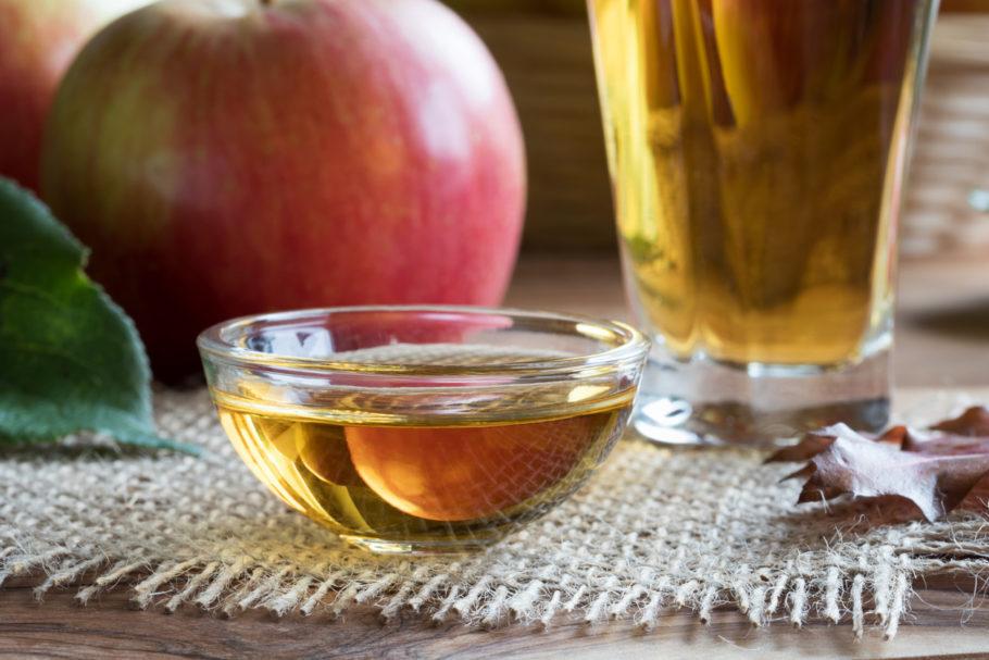 vinagre de maçã em um pote de vidro
