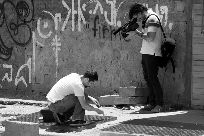 A equipe dos Serviços Gerais em ação; intervenção urbana é uma forma de cuidar do espaço público e incentivo à cidadania
