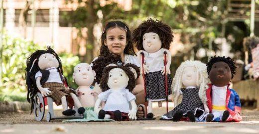 Artesã cria bonecas que retratam crianças com deficiência