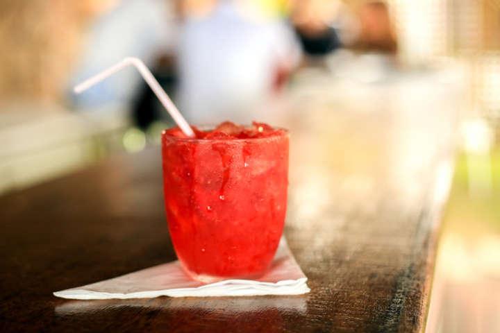 Aprenda a fazer um drink de frutas vermelhas e vinho espumante