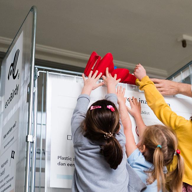 A empresa explica a importância da reciclagem e coleta brinquedos usados nas escolas
