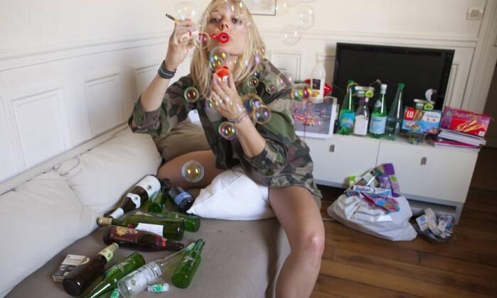 A documentarista Edwige Poret percebeu o quanto bebia a partir da quantidade de garrafas vazias: o lixo é a cara do dono