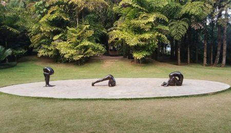 Esculturas em bronze do artista Edgard de Souza; obras integram acervo permanente do Instituto Inhotim