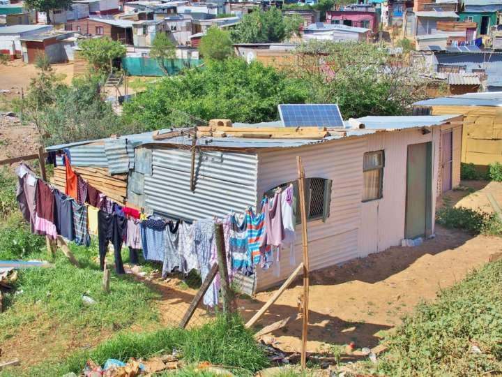 Painel solar instalado em casa de assentamento informal na África do Sul