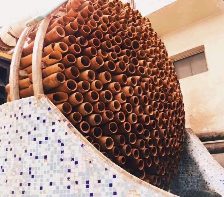 Estrutura do ar-condicionado de argila lembra uma colmeia