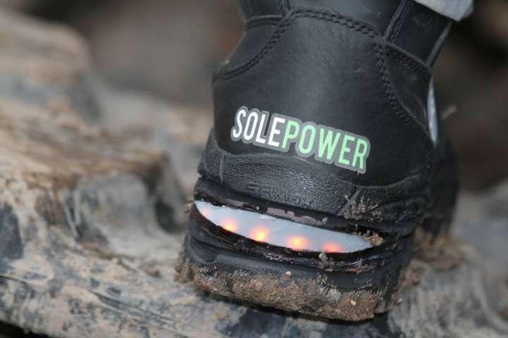 As botas inteligentes produzem eletricidade e têm sensores que desempenham várias funções