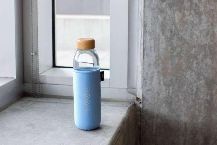 Garrafas com capas recicladas, são feitas de vidro e têm tampa de bambu