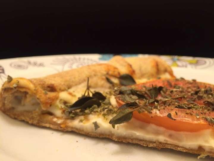 As pizzas veganas salgadas variam de R$ 36 à R$ 55, como a Marguerita com Queijo de Castanha (mussarela Nomoo, tomate em rodelas, manjericão, molho de tomate, orégano e azeitonas)