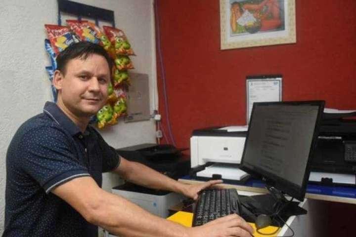 Facilite sua vida: tá desempregado? Dono de café imprime currículos grátis