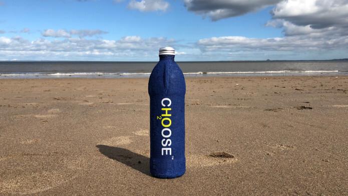A garrafa biodegradável é feita de pasta de papel 100% reciclado