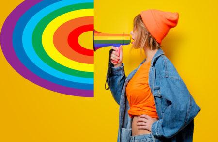 jovem menina com um megafone gay num fundo amarelo simbolizando uma resistência contra a homofobia