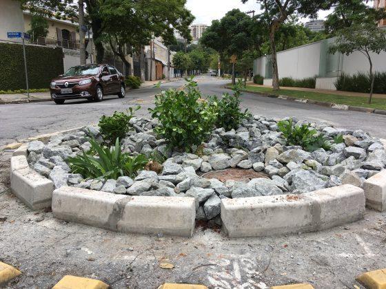 Os jardins de chuva aproveitam a força da gravidade para a rega das plantas