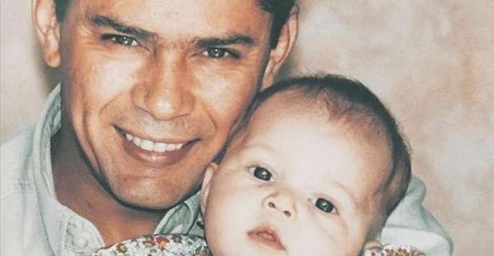 Filha do cantor Leandro posa com a prima e impressiona por semelhança