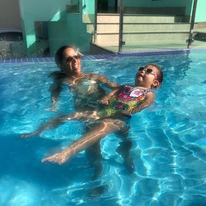 Mirela e Melissa brincando na piscina