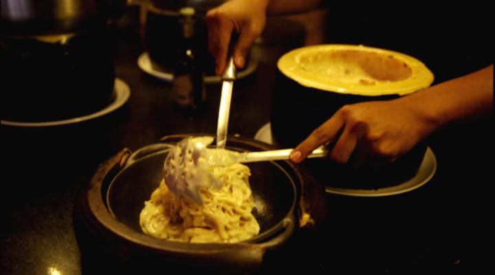 Preparo do spaghetti al formaggio