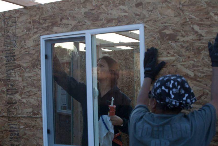 Colocação de janelas nas minicasas que servem de abrigo para moradores de rua