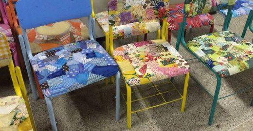 Com retalhos e fuxicos, alunos revitalizam cadeiras na Bahia