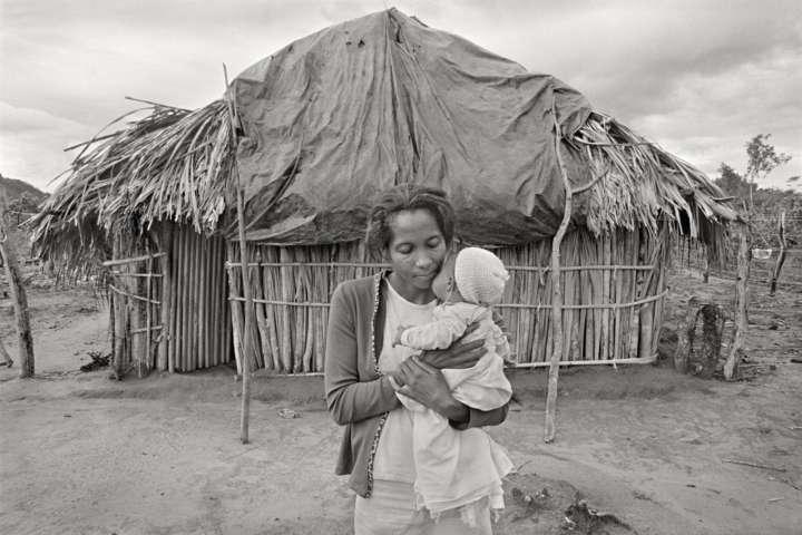 Foto Mãe e bebe Kalunga do portfólio Quilombola Tradições e Cultura da Resistência (2005), de Andre Cypriano