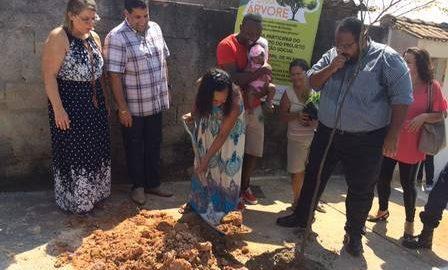 Em Duque de Caxias, famílias ganham árvore plantada em suas casas ou ruas para cada bebê que nasce