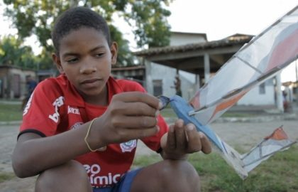 Meninos do Recôncavo baiano constroem seus próprios barcos à vela