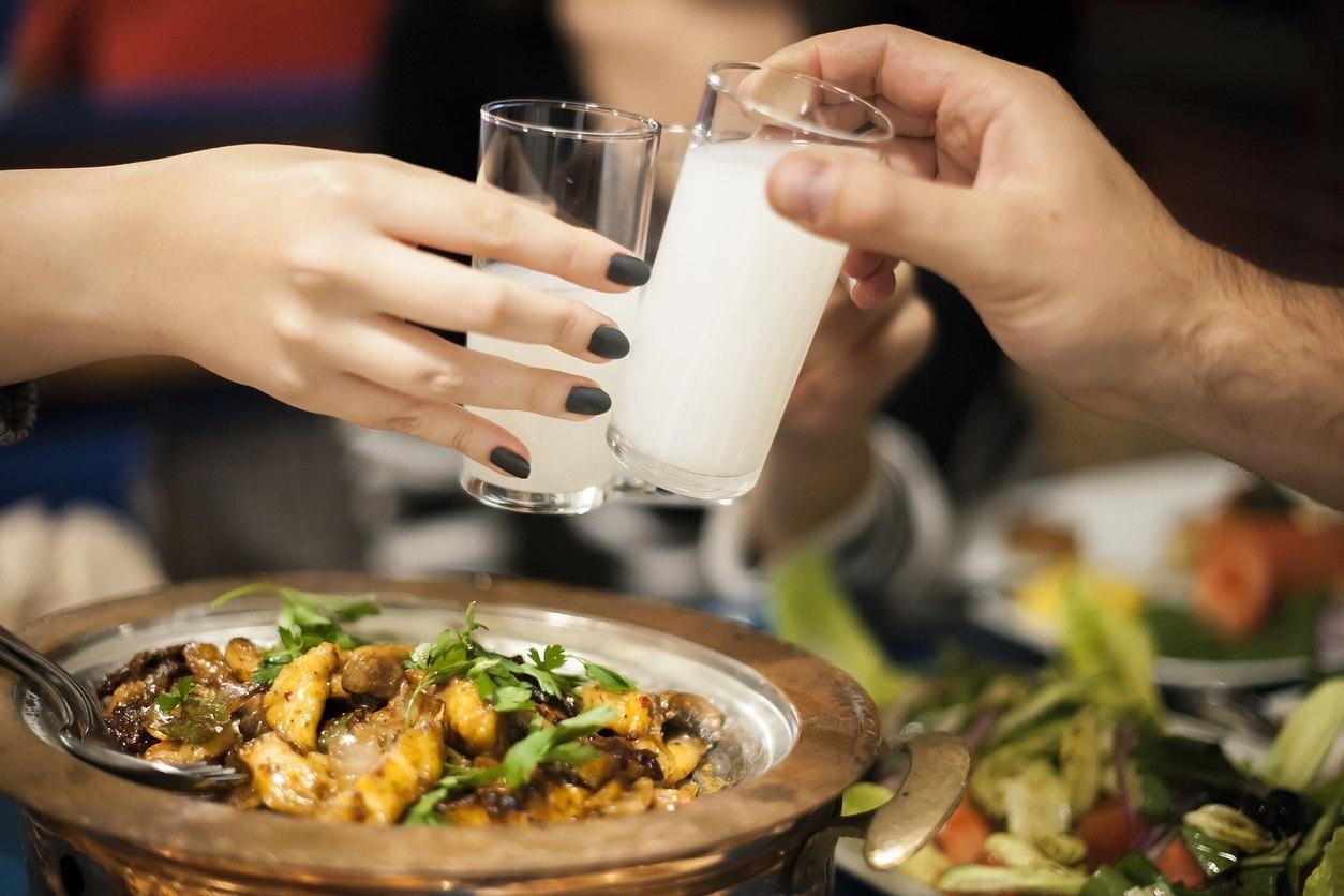 O Raki é um licor de uva e figos com aroma de anis, cujo teor alcoólico chega próximo dos 45%