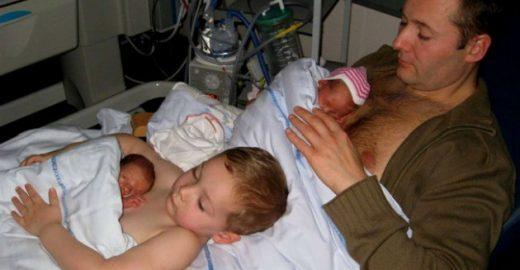 Método Canguru: em foto, pai e filho cuidam de bebês gêmeos prematuros