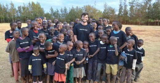 Como você pode ajudar crianças no Nepal, Haiti e Quênia comprando roupas pela internet