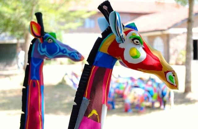 Girafas feitas de chinelos de borracha reciclados