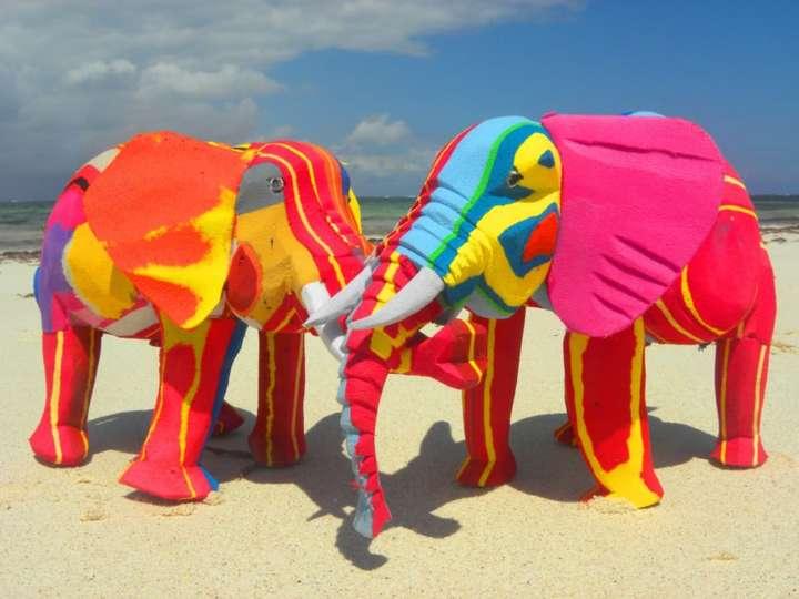 Elefantes coloridos do Quênia feitos de chinelos de borracha descartados