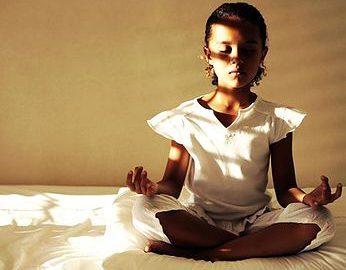 Para combater violência, ONG ensina yoga e meditação à crianças
