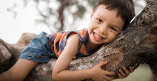 Crianças desenvolvem autonomia brincando ao ar livre