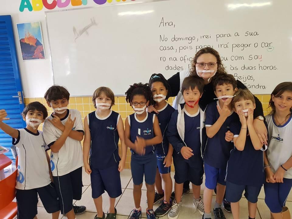 Crianças usam adesivo para incluir colega com Síndrome de Down