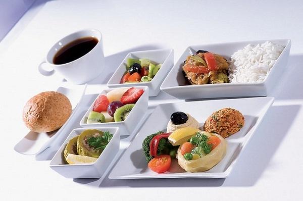 Vai viajar? Saiba como solicitar comida vegana no avião