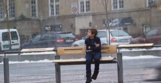 Colocaram uma criança passando frio na rua para ver a reação das pessoas