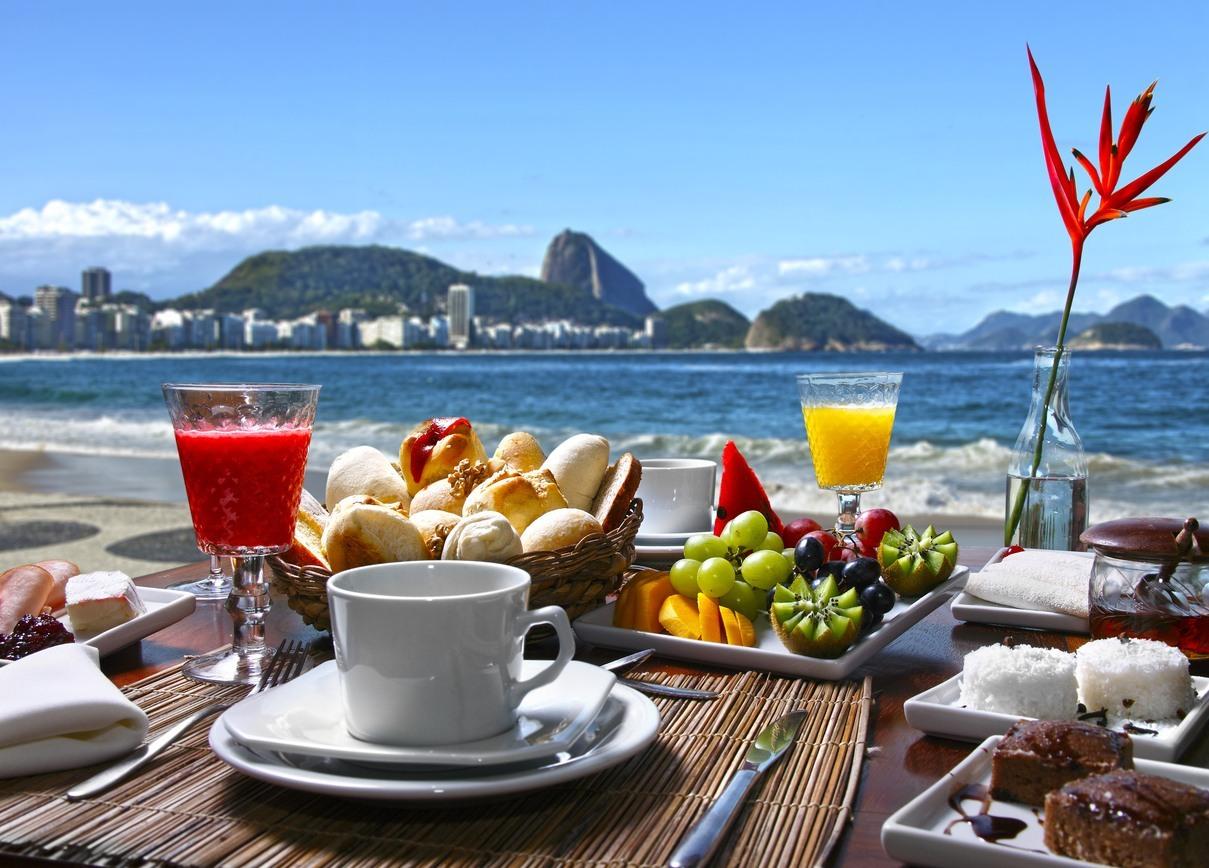 Café da manhã com o Pão de Açúcar ao fundo, no Rio de Janeiro