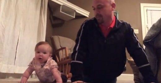 Bebê de seis meses mostra como é fácil se exercitar