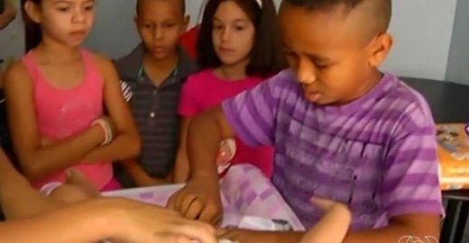 Projeto leva à escola atividades para discutir com crianças o papel do pai nos cuidados da casa e dos filhos