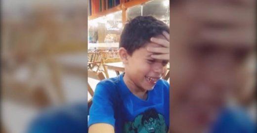 Menino descobre que ganhará 2 irmãos e se emociona; veja vídeo